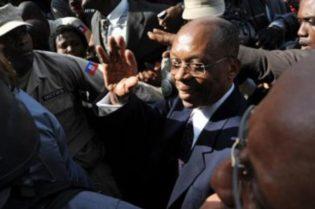 X Jean-Bertrand AristideX atacadoX disparosX Puerto PríncipeX vehículoX HaitíX expresidente de Haití