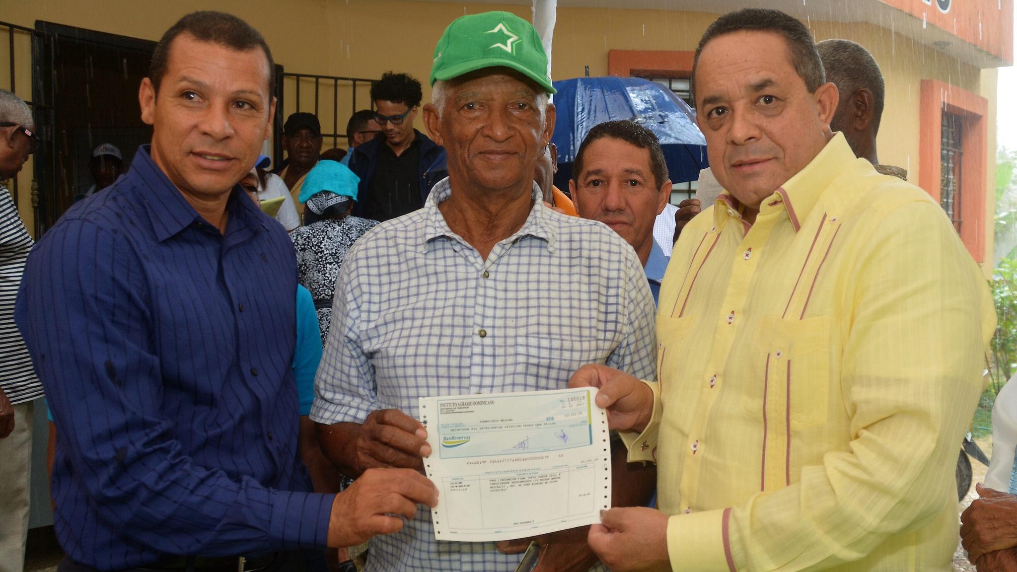 Lico, reconocido agricultor y deportista recibe un cheque.